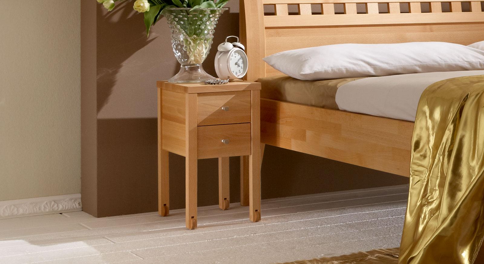 Massivholz-Nachttisch mit Rollen
